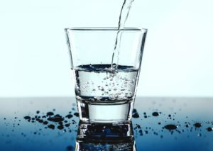 Nemojte piti vodu dok jedete slatki obrok! Kombinovanjem vode i slatkiša povećavate nivo šećera